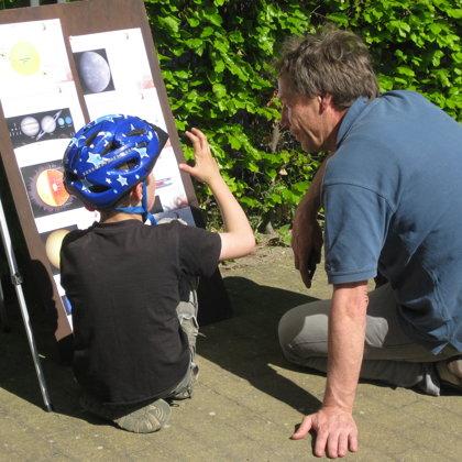 Ein interessierter Gast bei der öffentlichen Beobachtung zum Merkurtransit in Rietberg
